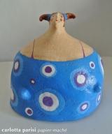 <h5>Donna blu a pois di Carlotta Parisi</h5><p>Scultura in cartapesta</p>