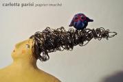 <h5>Donna blu di Carlotta Parisi</h5><p>Particolare sulla chioma e sul fischietto in argilla.</p>