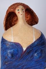 <h5>Donna di carta dai capelli rame di Carlotta Parisi</h5><p>Scultura di cartapesta con veste azzurra.</p>
