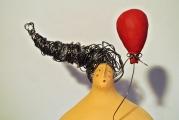 <h5>Donna con palloncino di Carlotta Parisi</h5><p>Scultura in cartapesta e fil di ferro</p>
