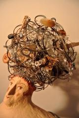 <h5>Donna riciclo di Carlotta Parisi - Su commissione</h5><p>Capelli in fil di ferro, bottoni, bulloni e carta.</p>