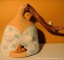 <h5>Donna bianca con fischietto e cuore</h5><p>Scultura in cartapesta con fischietto in argilla e cuore</p>