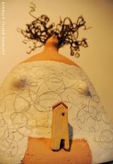 <h5>Donna riccia di Carlotta Parisi</h5><p>Scultura in carta con applicazioni in argilla e pianta di vite</p>