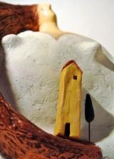 <h5>Donna Val d'Orcia di Carlotta Parisi</h5><p>Casetta e cipresso in argilla su scultura di cartapesta.</p>