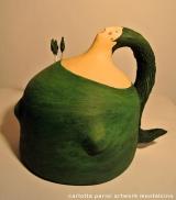 <h5>Donna Val d'Orcia Verde di Carlotta Parisi</h5><p>Scultura in cartapesta con cipressini in argilla sulla spalla.</p>