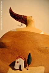 <h5>Donna Val d'Orcia Ocra di Carlotta Parisi</h5><p>Casina e cipresso in terracotta su scultura in papier-maché.</p>
