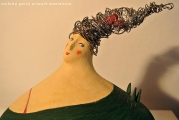 <h5>Dettaglio su capigliatura</h5><p>Cuore di terracotta all'interno di capelli di fil di ferro su scultura di carta.</p>