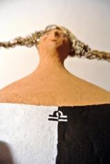 <h5>Donna Bilancia di Carlotta Parisi - Particolare</h5><p>Dettaglio su scultura di cartapesta dedicata al segno zodiacale della bilancia.</p>