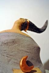 <h5>Donna Luna di Carlotta Parisi</h5><p>Scultura in carta con luna di terracotta.</p>