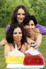<h5>Le tre sorelle</h5><p>Con le mie sorelle e le tre sorelle di cartapesta</p>
