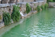 <h5>Caterina di Carlotta Parisi</h5><p>Scultura in cartapesta e terracotta galestro nella vasca di bagno vignoni</p>