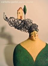 <h5>Donna Val d'Orcia di Carlotta Parisi</h5><p>Scultura in papier-maché con capigliatura in fil di ferro e applicazioni di terracotta.</p>