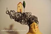 <h5>Donna Val d'Orcia di Carlotta Parisi - Particolare</h5><p>Capigliatura in fil di ferro e applicazioni di terracotta.</p>