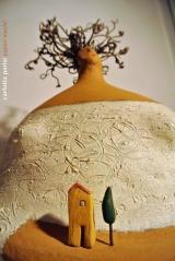 <h5>Donna Val d'Orcia riccia di Carlotta Parisi</h5><p>Scultura in papier-maché, argilla con capigliatura in pianta di vite.</p>
