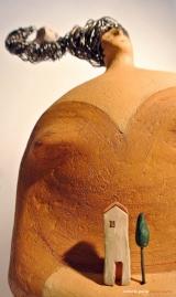 <h5>Donna Val d'Orcia Ocra  di Carlotta Parisi  - Montalcino</h5><p>Scultura di carta omaggio alla Toscana con fischietto in terracotta su capelli di fil di ferro.</p>