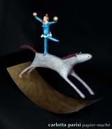<h5>Acrobata su cavallo bianco di Carlotta Parisi</h5><p>Scultura di cartapesta su base di ferro - Collezione Paper Cirkus</p>
