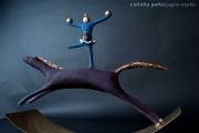 <h5>Arlecchino su cavallo nero di Carlotta Parisi</h5><p>Scultura di cartapesta su base di ferro - Collezione Paper Cirkus</p>