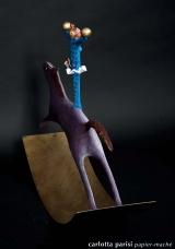 <h5>Arlecchino e acrobata su cavallo bianco di Carlotta Parisi</h5><p>Profilo di scultura incartapesta su base di ferro - Collezione Paper Cirkus</p>