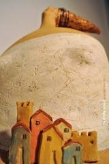 <h5>Donna Montalcino di Carlotta Parisi</h5><p>Paese di Montalcino in argilla su scultura di carta</p>
